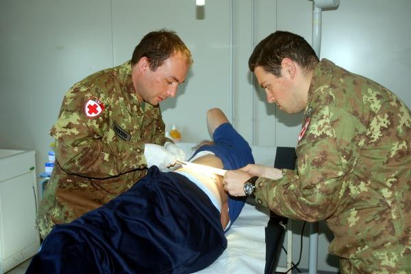 Operatori sanitari dell'Esercito al lavoro