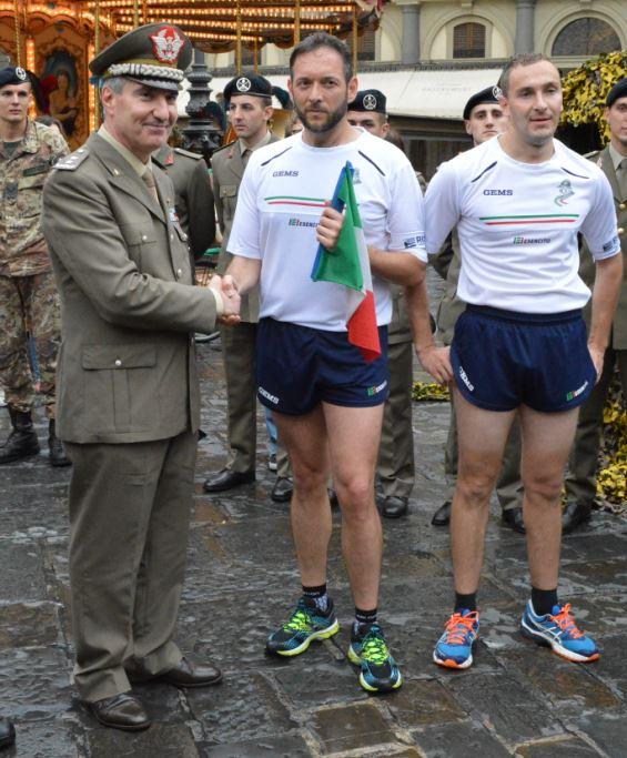Il Generale Agostino Biancafarina e i tedofori con il tricolore in Piazza della Repubblica