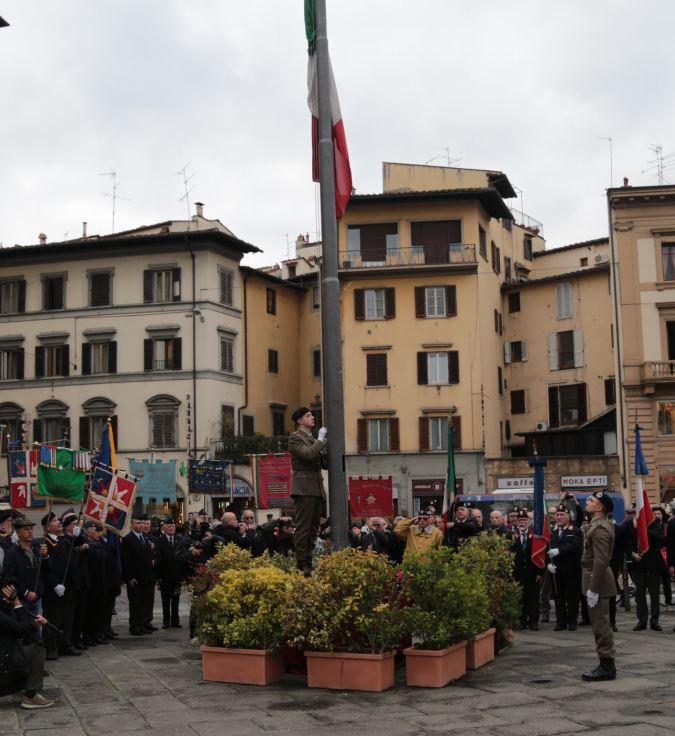 Alzabandiera in Piazza dell'Unita' a Firenze