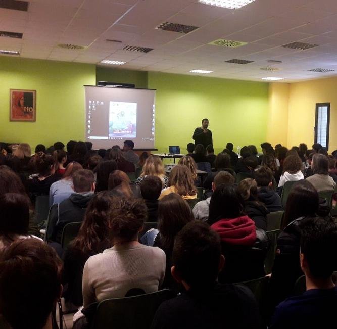 Saverio Tommasi con gli studenti di Rignano sull Arno