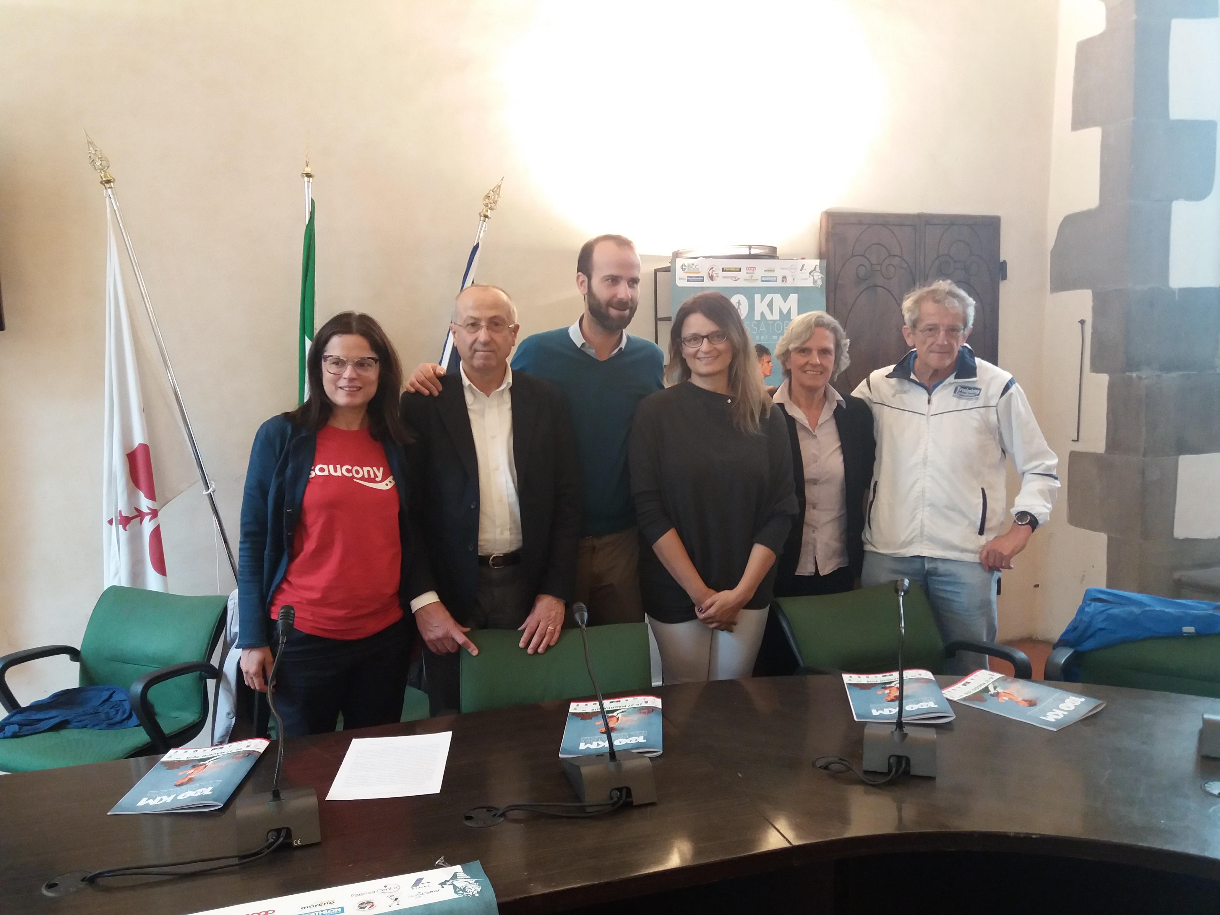 L' assessore allo sport di Firenze Andrea Vannucci, il presidente dell'Asd 100 km del Passatore Giordano Zinzani e il sindaco di Fiesole Anna Ravoni alla presentazione della corsa (immagine da comunicato)