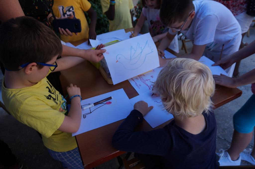 Bambini disegnano la colomba della pace