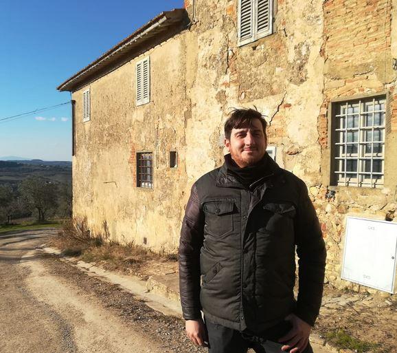 L'assessore Ciappi davanti a una casa colonica