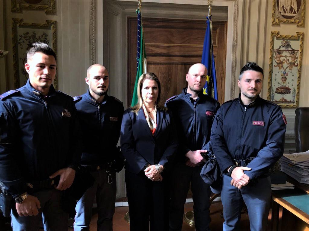 Il prefetto Lega e i quattro poliziotti (fonte foto comunicato stampa)