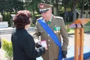 Il generale Cappellini consegna la medaglia commemorativa alla madre del Sergente Maggiore Paolicchi - medaglia d'oro al valor militare
