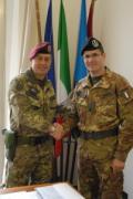 A sinistra il Colonnello Benito Milani, nuovo comandante della caserma Perotti,  stringe la mano al tenente colonnello Antonio Vecchio
