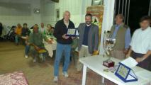 Andrea Campinoti premia Mario Galimberti per il suo cane Tim