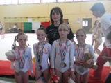 L'allenatrice Irene Cioni, al centro, con le quattro giovani atlete premiate
