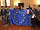 Scambio di doni tra il vicesindaco e la delegazione della squadra di calcio del Parlamento Europeo