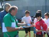 Nella foto Furio Valcareggi ed Alessio Tendi con i bambini della Scuola Calcio