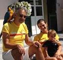 Andrea Bocelli con la moglie e la figlia con le magliette di Corri La Vita
