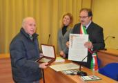 Faliero Chiarantini riceve il premio dal sindaco di Incisa