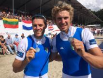 Fabrizio Fossi (primo da dx) festeggia con il compagno di barca Romano Battisti l'argento iridato Assoluto sul doppio