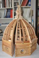 Modellino della cupola del Duomo (foto piccolo). Nella foto grande Roberto Corazzi