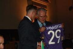 L'attaccante viola Federico Bernardeschi dona la maglia n.29 a Eugenio Giani
