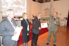 il momento della consegna del calendario: in uniforme il Generale di Brigata ADAMI, la dottoressa Serena Lisi, il Generale  Cirneco  e il Colonnello Jasinski)
