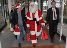 Il Sindaco Nardella indossa i panni di Babbo Natale per i bambini del Meyer