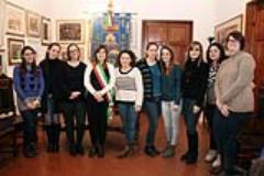 Brenda Barnini consegna ai ragazzi la Costituzione Italiana
