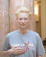 Tilda Swinton con la maglietta di CORRI LA VITA