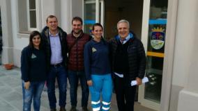 Nella foto Sindaco, Vicesindaco e Governatore insieme a due giovani volontarie
