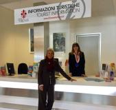 L'assessore Concia al nuovo infopoint del Comune all'aeroporto di Firenze