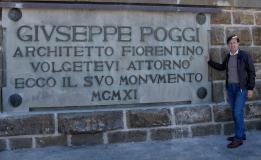 Nardella con la targa che ricorda il grande architetto Giuseppe Poggi
