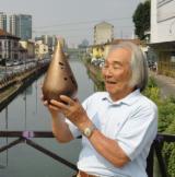 Kenjiro Azuma con una sua opera