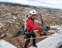 Alpinista impegnato nella manutenzione della Cupola del Duomo
