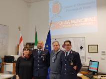 da sinistra l'assessore, il comandate della Polizia Municipale, Gioni Biagioni, il sindaco e l'agente Marco Capocchi