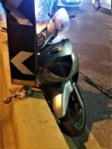 Perde il controllo dello scooter nel sottopasso di viale Strozzi