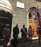 Targa in ricordo di Mario del Monaco in via Ricasoli a Firenze