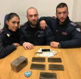 Gli agenti del Reparto Prevenzione Crimine Toscana con 1 kg e ½ di hashish sequestrato nei pressi di Santa Maria Novella