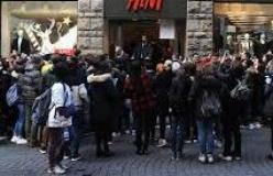 In coda per il Black Friday davanti a un negozio di Firenze (immagine dal sito Aduc)