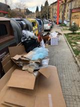 Abbandonano rifiuti vari vicino ai cassonetti