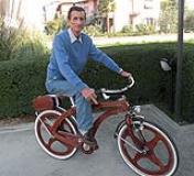 Vinicio Magni su una della sue biciclette di legno foto di Giancarlo Zampini