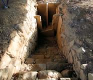 Prato Rosello: ingresso tumulo C (fontefotoParcoArcheologicoCarmignano)