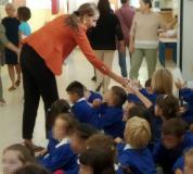 Consegna delle borracce agli studenti di prima elementare