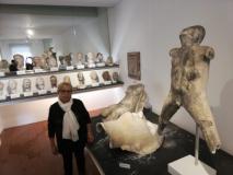Maria Teresa Tosi, direttrice del Museo al fianco della testa danneggiata di Marino Marini.