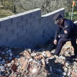 I Carabinieri Forestali individuano un terrapieno, realizzato spianando rifiuti da demolizione e terre e rocce da scavo in area vincolata paesaggisticamente (foto da comunicato)