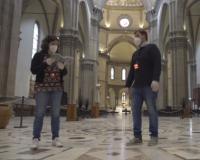 In Duomo col dispositivo per mantenere la distanza