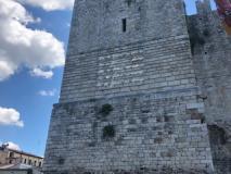 Scultura al neon di Vittorio Corsini sul Castello dell'Imperatore a Prato