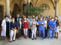 Foto di gruppo con il personale scattata a Santa Maria Nuova (Foto da comunicato)