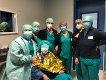 giovane paziente dopo l'intervento effettua la vaccinazione in sala operatoria (Foto da comunicato)