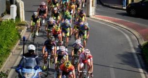 carovana dei ciclisti in gara