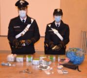 I Carabinieri con la droga e le armi sequestrate