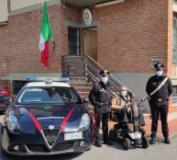 I carabinieri con la carrozzina recuperata