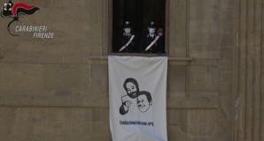 Il lenzuolo contro la mafia esposto sulla facciata di San Firenze