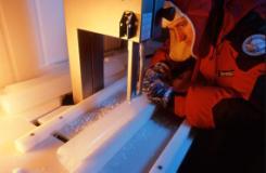 Mirko Severi impegnato nel taglio longitudinale di una carota di ghiaccio per la preparazione di un campione su cui procedere alle successive analisi chimiche (Fonte foto Unifi)