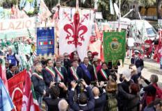 Dario Nardella e sindaci della Citta' Metropolitana con i gonfaloni in Piazza San Giovanni (foto twitter Dario Nardella)